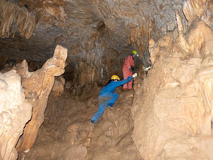 狹窄的洞口即是入口,背對洞口緩緩往下爬進入洞穴
